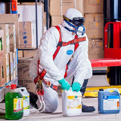 Professionnel en combinaison et masque de protection pour désinfection diogène