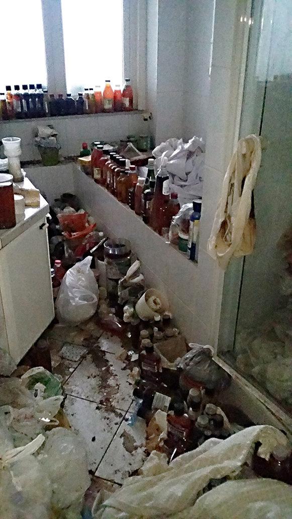 Salle de bain sale avant nettoyage et désinfection diogène à bruxelles